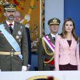 Le Prince Felipe d'Espagne et la princesse Letizia d'Espagne lors de la parade militaire pour la fête nationale d'Espagne à Madrid, le 12 octobre 2013.