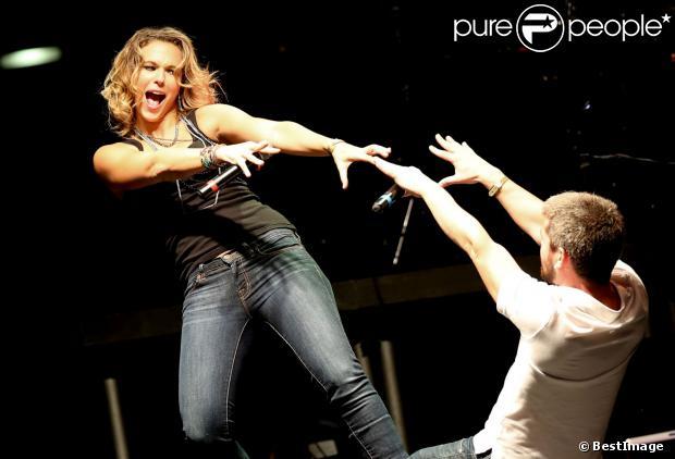 """La chanteuse Lorie et Grégoireà Lyon, le 12 octobre 2013 lors de la 7ème édition de """"Foot-Concert"""" au Palais des sports."""