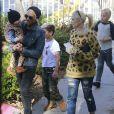 "Gwen Stefani enceinte et son mari Gavin Rossdale emmènent leurs fils Kingston et Zuma au ""German Festival"" à San Bernardino, le 12 octobre 2013."