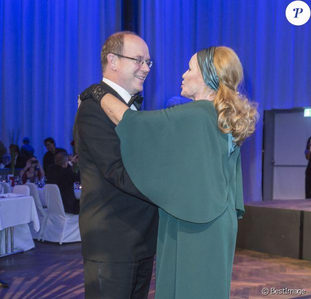 Le prince Albert II de Monaco danse avec l'icône Ursula Andress lors de la soirée de gala de la fondation Albert II de Monaco organisée à Berne en Suisse le 17 octobre 2013