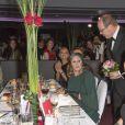 Le prince Albert II de Monaco discutant avec Ursula Andress lors de la soirée de gala de la fondation Albert II de Monaco organisée à Berne en Suisse le 17 octobre 2013