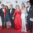 Roger Moore, sa femme Kristina Tholstrup, et ses fils Geoffrey Moore et Christian Moore lors de la soirée de gala de la fondation Albert II de Monaco organisée à Berne en Suisse le 17 octobre 2013
