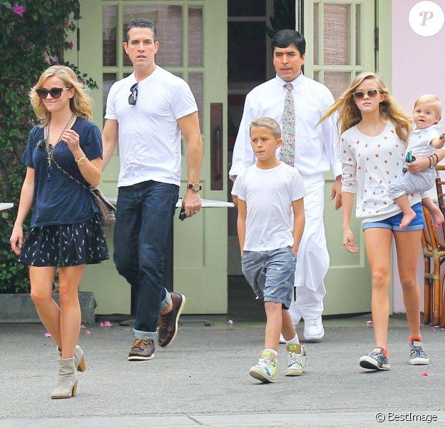 Reese Witherspoon, son mari Jim Toth, et ses enfants Ava, Deacon et Tennessee : Toute la petite famille s'offre un déjeuner à Los Angeles, le 19 octobre 2013