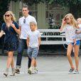 Reese Witherspoon, son mari Jim Toth, et ses enfants Ava, Deacon et Tennessee, à Los Angeles, le 19 octobre 2013