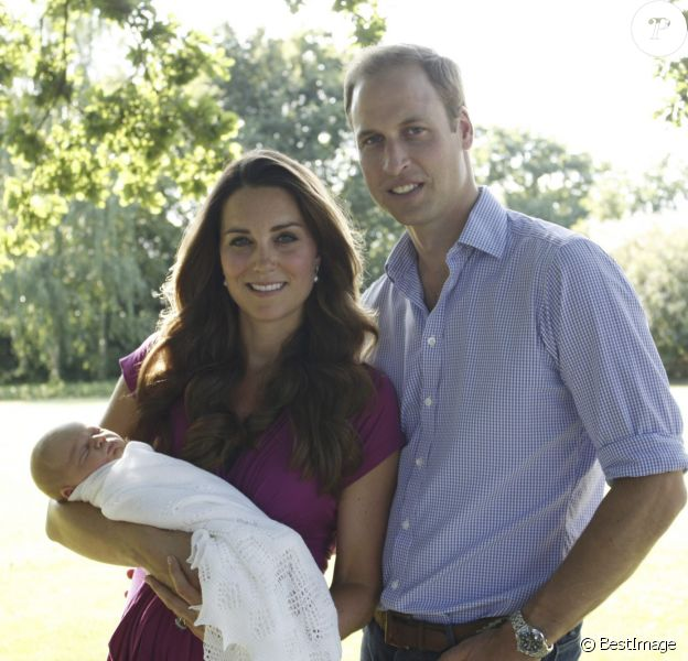 Le prince William et la duchesse Catherine de Cambridge avec leur fils le prince George dans l'un des deux premiers portraits officiels après la naissance du bébé, en août 2013, par Michael Middleton.