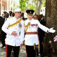 Le prince Harry avec son secrétaire particulier (et celui de William et Kate) Jamie Lowther-Pinkerton en mars 2012 à Nassau. Jamie Lowther-Pinkerton, fait en 2013 lieutenant dans l'ordre royal de Victoria, a été choisi pour parrain du prince George par le duc et la duchesse de Cambridge, pour son baptême le 23 octobre 2013.