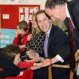 Le prince William et son secrétaire particulier Jamie Lowther-Pinkerton dans une école de Spilsby en janvier 2010. Jamie a été choisi pour parrain du prince George par le duc et la duchesse de Cambridge, pour son baptême le 23 octobre 2013.
