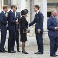 Le prince William, son père, son frère et leur belle-mère saluent William van Cutsem aux obsèques de son père Hugh van Cutsem, le 11 septembre 2013.