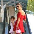 Alessandra Ambrosio et sa fille Anja dans les rues de Brentwood le 22 octobre 2013.