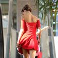 Alessandra Ambrosio superbe en rouge et sa fille Anja dans les rues de Brentwood le 22 octobre 2013.