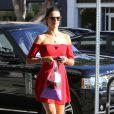 L'ange de Victoria's Secret Alessandra Ambrosio superbe en rouge et sa fille Anja dans les rues de Brentwood le 22 octobre 2013.
