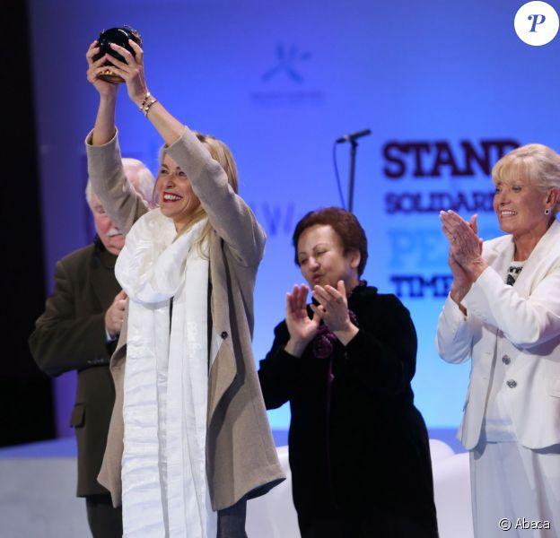 La star hollywoodienne Sharon Stone recevant le prix de la paix lors du sommet mondial des prix Nobel de la paix à Varsovie en Pologne le 23 octobre 2013