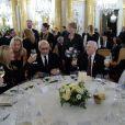 Sharon Stone déjeunant avec le prix Nobel de la paix Lech Walesa à Varsovie, dans le cadre du sommet mondial des Prix Nobel de la Paix le 21 octobre 2013