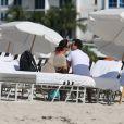 Arnaud Lagardère et sa femme Jade Foret, enceinte de son deuxième enfant, se détendent à Miami, le 27 octobre 2013.