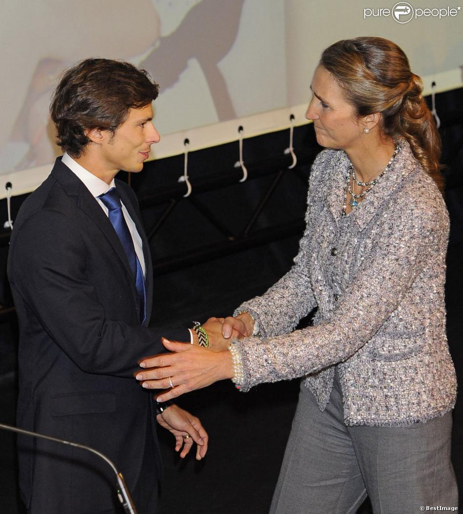 L'émotion était grande pour l'infante Elena d'Espagne lors de la cérémonie de remise des insignes de l'ordre royal du Mérite sportif le 29 octobre 2013 au Théâtre Alcazar Cofidis de Madrid. Un gala marqué par la mémoire de la pilote F1 Maria de Villota, décédée tragiquement trois semaines plus tôt à 33 ans.