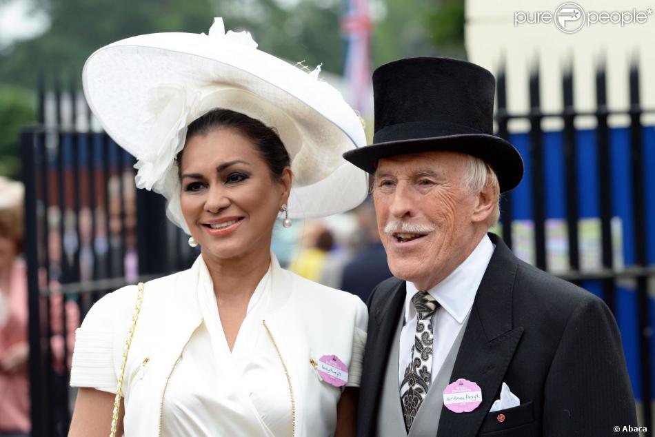 Sir Bruce Forsyth et sa femme Wilnelia Merced, Miss Monde 1975, au Royal Ascot le 20 juin 2013