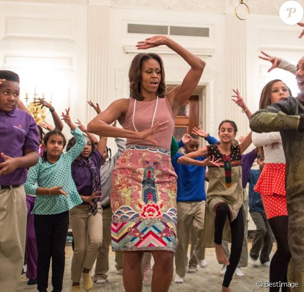 Michelle Obama participe avec d'autres élèves à un cours de danse facon Bollywood à l'occasion de la fête hindoue Diwali, dans le salle des réceptions de la Maison Blanche à Washington, le 5 Novembre 2013.