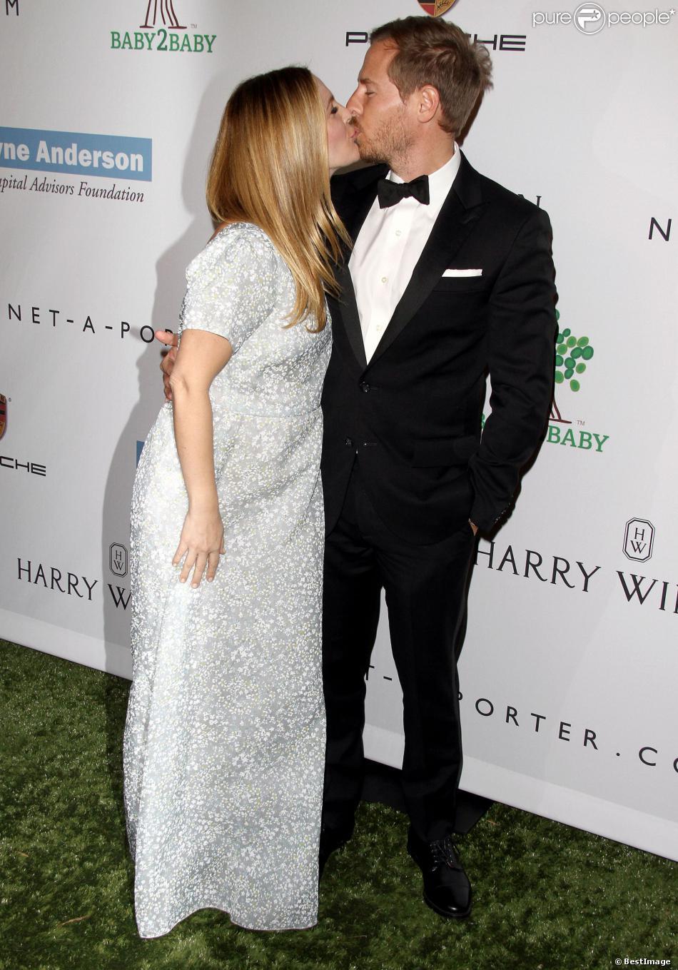 Drew Barrymore, enceinte, et son mari Will Kopelman, amoureux sur le tapis vert du gala Baby2Baby à la Book Bindery. Culver City, le 9 novembre 2013.