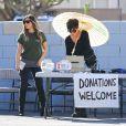 """""""Kim Kardashian et sa mère Kris Jenner lors de leur vide-grenier en famille dans le quartier de Woodland Hills, à Los Angeles. Les bénéfices de la vente seront reversés à deux associations caritatives. Los Angeles, le 10 novembre 2013."""""""