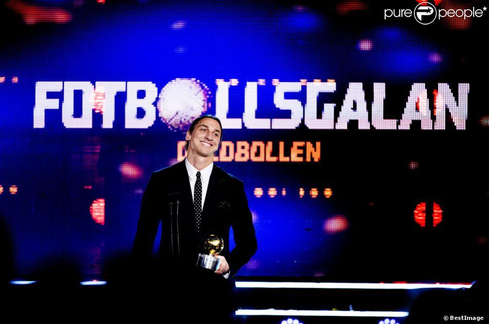 Zlatan Ibrahimovic reçoit le ballon d'or suédois pour la huitième année de suite à Stockholm en Suède le 11 novembre 2013, devant sa compagne Helena Seger