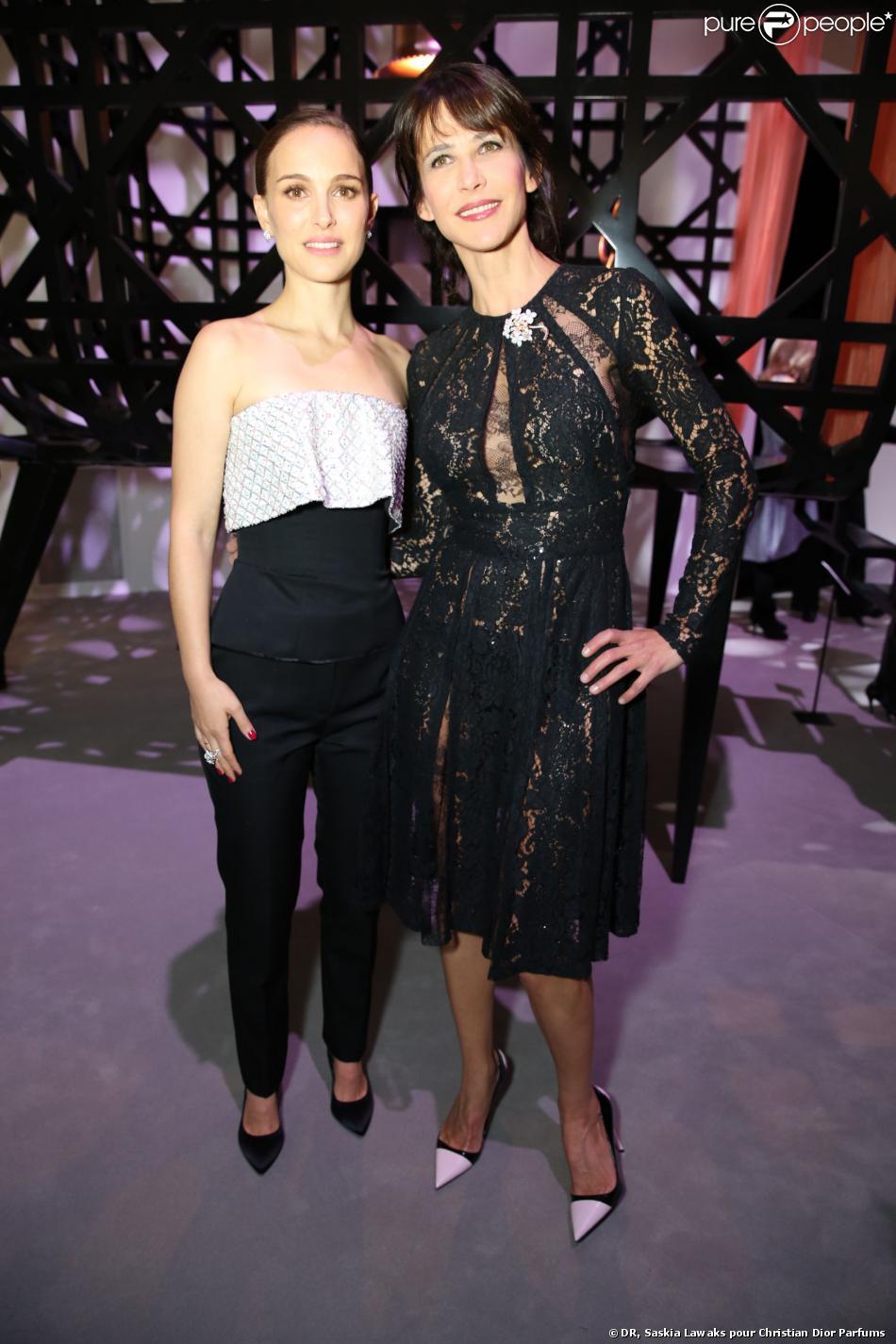 Natalie Portman et Sophie Marceau au vernissage de l'exposition Miss Dior au Grand Palais. Le 12 novembre 2013. L'exposition se tient du 13 au 25 novembre 2013