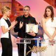 """Léa Seydoux, Abdellatif Kechiche et Adèle Exarchopoulos recoivent leur palme d'or pour """"La vie d'Adèle"""", à Cannes le 26 mai 2013."""