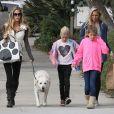 Denise Richards se balade avec ses filles Sam et Lola et une amie dans les rues de Beverly Hills, le 23 novembre 2013