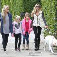 Denise Richards, la mine fatiguée, se balade avec ses filles Sam et Lola et une amie dans les rues de Beverly Hills, le 23 novembre 2013