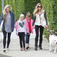 Denise Richards n'affiche pas le moindre sourire lorsqu'elle se balade avec ses filles Sam et Lola et une amie dans les rues de Beverly Hills, le 23 novembre 2013