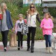 La belle Denise Richards se balade avec ses filles Sam et Lola et une amie dans les rues de Beverly Hills, le 23 novembre 2013