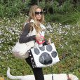 Denise Richards promène son chien dans les rues de Beverly Hills, le 23 novembre 2013