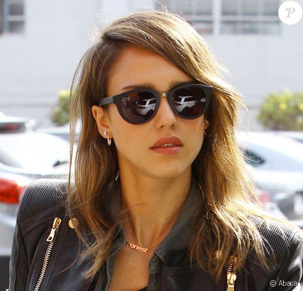 Toujours lookée, Jessica Alba arrive à son bureau de Santa Monica le 26 novembre 2013