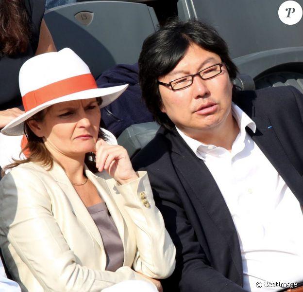Jean-Vincent Placé et sa compagne Eva Sas assistent au quart de finale entre Rafael Nadal et Stanislas Wawrinka lors des Internationaux de France de tennis à Roland-Garros, le 5 juin 2013.