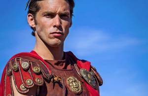 Enora Malagré : Son petit ami Gianni très sexy en Jules César face à Cléopâtre