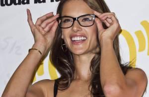 Alessandra Ambrosio : Irrésistible, la bombe joue la geek sous le soleil