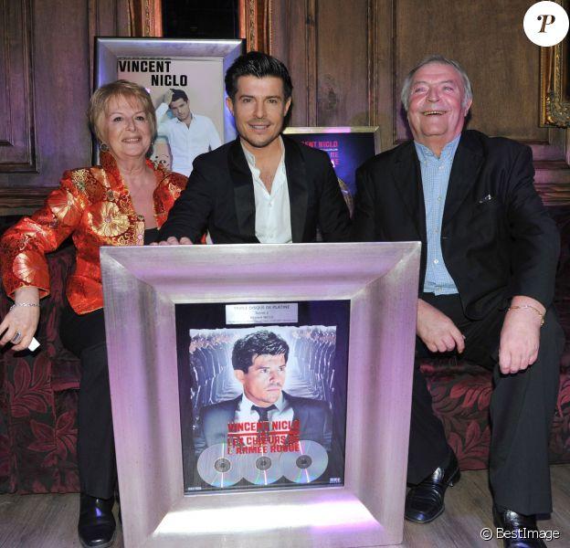 """Vincent Niclo et ses parents Evelyne et Claude - Remise du disque de platine à Vincent Niclo pour son album """"Luis"""" au No Comment à Paris, le 5 décembre 2013."""