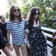 Steven Tyler et ses filles Mia, Liv et Chelsea se promènent à Miami, le 8 décembre 2013.
