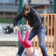 Jennifer Garner et sa fille Seraphina (4 ans), s'amusent dans le bac à sable d'un parc. Los Angeles, le 8 décembre 2013.