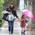 Jennifer Garner et sa fille Seraphina, sous la pluie à Brentwood. Los Angeles, le 7 décembre 2013.