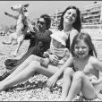 Serge Gainsbourg et Jane Birkin avec Kate Barry et Charlotte Gainsbourg, à Nice en 1972.