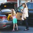 L'actrice Jennifer Garner et sa fille Violet font du shopping au Brentwood Country Mart à Brentwood le 14 decembre 2013.