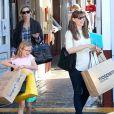 Jennifer Garner et sa fille Violet font du shopping au Brentwood Country Mart à Brentwood le 14 decembre 2013.