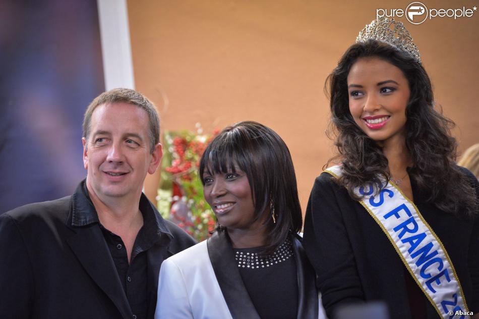 Miss France 2014 Flora Coquerel avec ses parents lors d'une cérémonie dans son village de Morancez en Eure-et-Loir, le 18 décembre 2013.