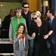 Hugh Jackman arrive avec sa femme Debora-Lee Furness et leurs enfants Oscar et Ava à Sydney, le 18 décembre 2013.