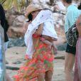 """Exclusif - L'actrice Jenna Dewan sur la plage avec sa fille Everly a Porto Rico, le 15 decembre 2013, pendant que son mari Channing Tatum tourne le film """"22 Jump Street""""."""