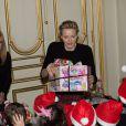 La princesse Charlene et le prince Albert II de Monaco ont remis les cadeaux aux enfants monégasques lors de la traditionnelle cérémonie de Noël au palais princier, le 18 décembre 2013.