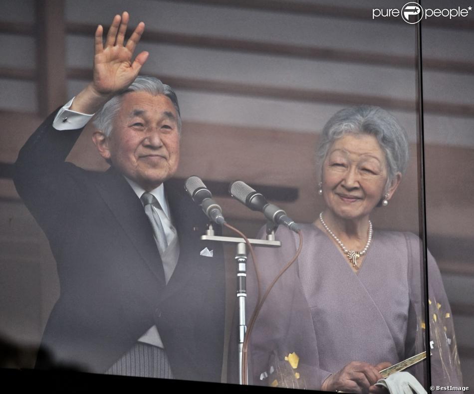 L'empereur Akihito du Japon et sa femme l'impératrice Michiko saluent depuis un balcon du palais la foule venue nombreuse pour célébrer le 80e anniversaire de l'empereur, à Tokyo le 23 décembre 2013.