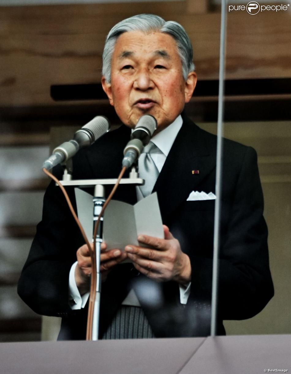Empereur akihito du japon salue depuis un balcon du palais la foule