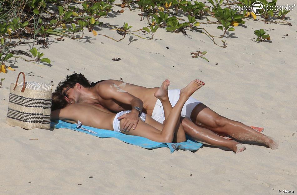 Olivia Palermo et Johannes Huebl batifolent sur la plage du Gouverneur à Saint-Barthélemy. Le 3 janvier 2014.