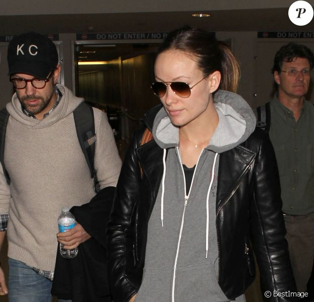 Olivia Wilde (enceinte) et son fiancé Jason Sudeikis arrivent à Los Angeles en provenance de New York, le 5 janvier 2014.